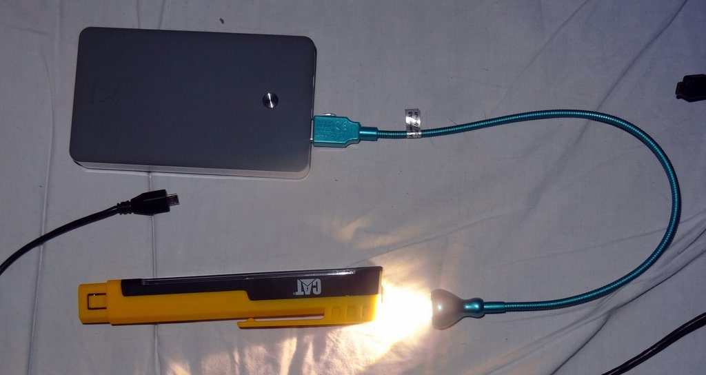 Die Powerbank spendet mir mit dieser Lampe Licht für mehrere Wochen. Der gelbe Stift ist sehr leuchtstark und hält ca. 1 Stunde. Kann am USB aufgeladen werden.